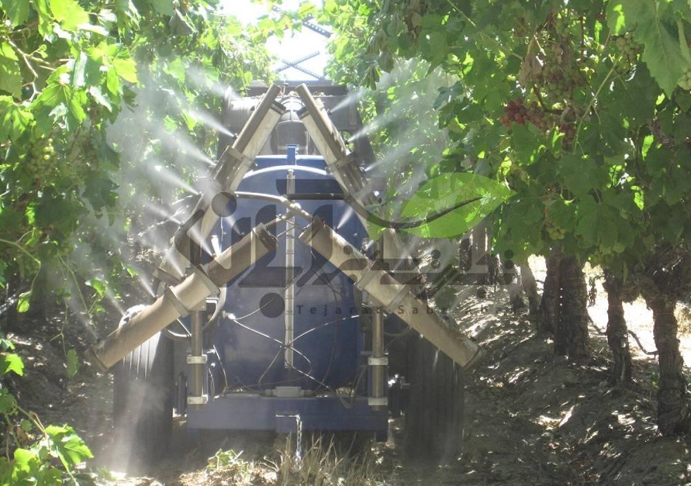 دستگاه سم پاش روی تراکتور در باغ انگور